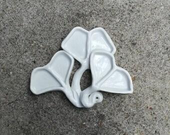 artisanal ceramic palette, shape sheets of ginko biloba, 6 holes, white porcelain, watercolor supply, eco-responsible material