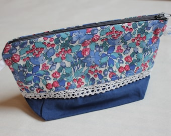 Small cosmetic case fully lined