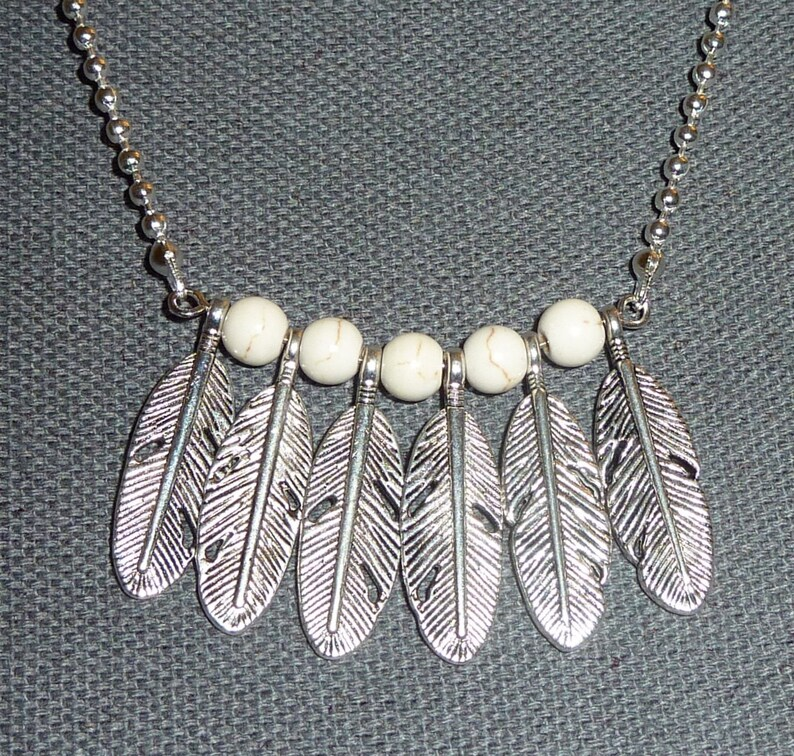 Silver chain necklace with large feathers and howlite beads off-white