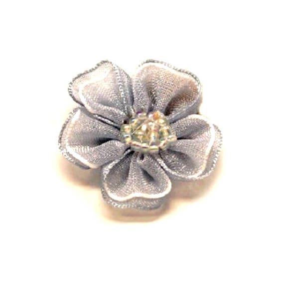 lot 10 fleurs en tissu 3 cm grise et blanche perles etsy. Black Bedroom Furniture Sets. Home Design Ideas