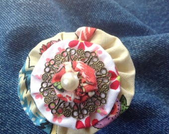 Sweet vintage yoyo flower brooch
