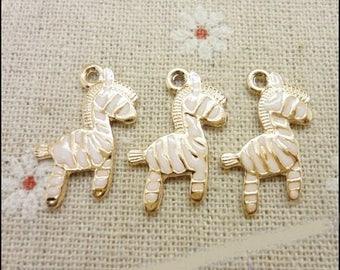 5 jolies breloques petits zèbres dorés émaillés blanc, 21*16mm