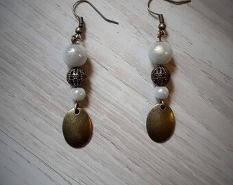 Earrings dangling bronze and pearls white