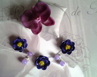 Necklace three flowers and glass beads