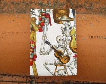 Housse passeport réversible, motif squelettes en Fête, Style mexicain, protège passeport calavera, motifs géométrique marron,
