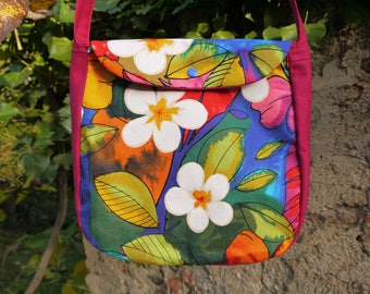 """Shoulder bag """"flowers of Hibiscus and plumeria in the Jungle, pink and multicolor"""" with flap, lined, inside pocket, closed"""