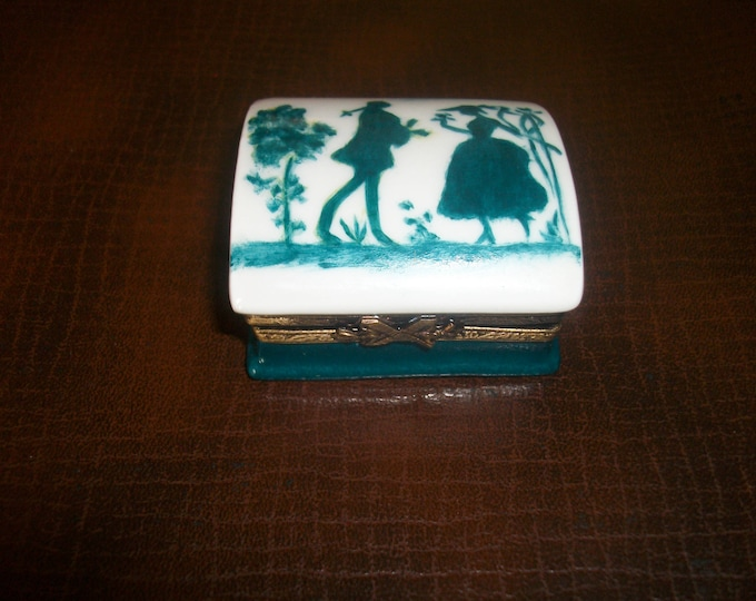 Collectible tin box / miniature porcelain hand /peinte / romantic