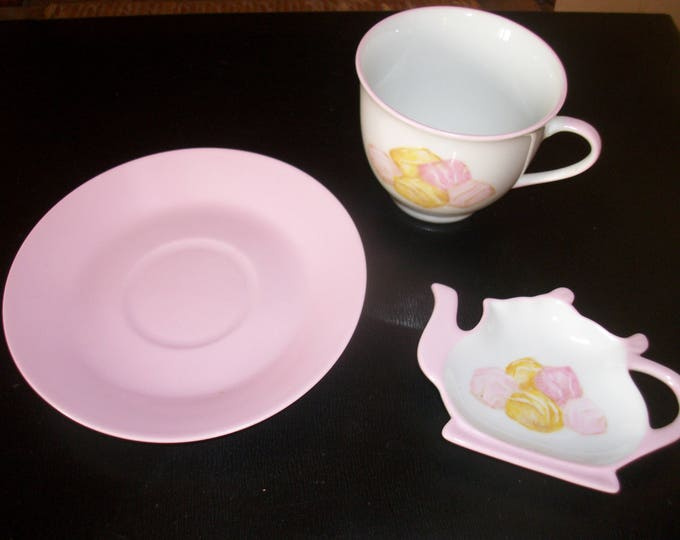 Cup and saucer /repose /peint hand on porcelain tea bag / soft pink