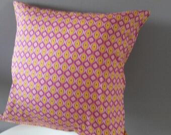 Housse de coussin; motifs géométriques roses et jaunes.