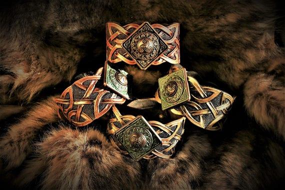 Mixed bracelet embossed leather interlaced Celtic and medieval triskel cabochon.