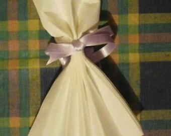 Pliage serviette en forme de robe blanche uni et un ruban noir