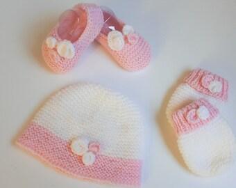 Ensemble naissance rose et blanc   Bonnet, petits petons bottes   moufles 465275b209c