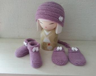 Ensemble naissance églantine   Bonnet, petits petons bottes, moufles  rehaussés d un nœud satiné blanc d69547dc880