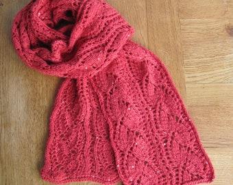 Élégante écharpe rouge vif tricotée main, point dentelle de feuilles  entrelacées, laine Mérinos et polyester à sequins, femme 3066bf297a6