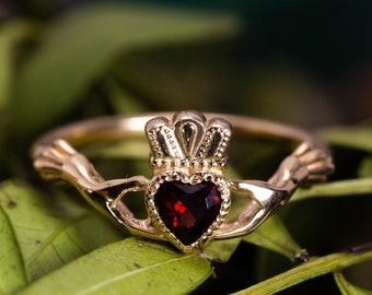 Size M 1994 Vintage  9ct Yellow Gold Garnet Claddagh Ring