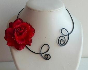 1664b3c627665 collier rose rouge parure boucles d oreilles, collier ras de cou ouvert, collier fleur rouge pour fêtes de noel ou mariages