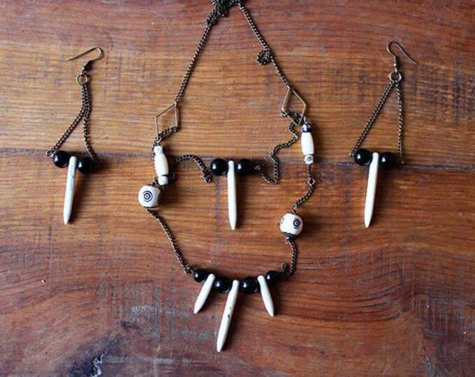Pistil ornament - Wood and glass beads, Howlite teeth