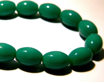 10 glass beads oval - 11 x 8 mm Green Emerald-opaque glass bead - 4 K02