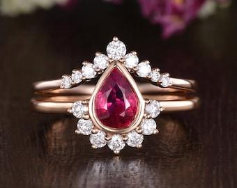 Art Deco Bridal Set 2pcs Rose Gold Lab Ruby Engagement Ring Pear Shaped Stacking Cluster July Birthstone Women Chevron Band Bezel Setting