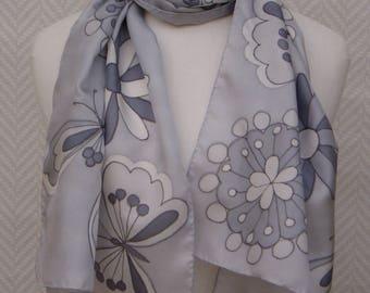 Echarpe étole foulard en pongée de soie grise peinte à la main