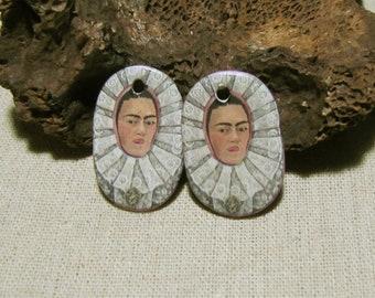 Breloques en céramique artisanale, Frida Kahlo, portrait, dos dentelle violet, ovale, création bijou, boucles d'oreilles