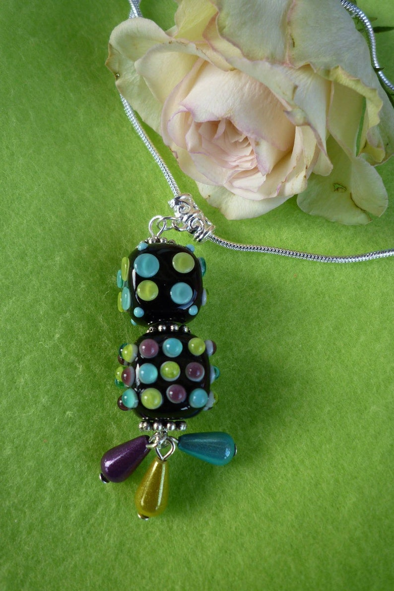 Craft spun glass pendant necklace mounted on silver-plated snake mesh