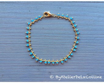 Minimalist bracelet chain in brass and turquoise glass beads