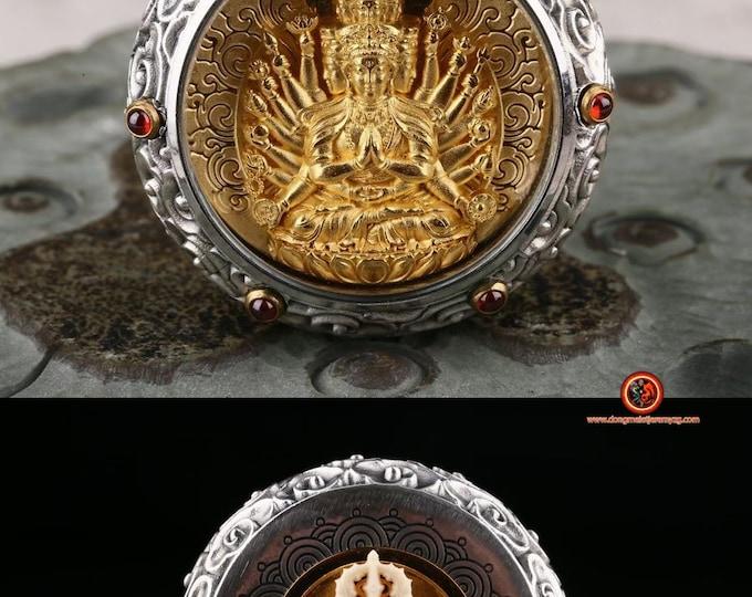 amulette pendentif de protection bouddhiste  Chenrezi Dorje en ivoire de mammouth tournant au verso Argent 925, or 24K ébéne, grenat.