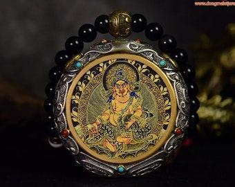 Amulette protection bouddhisme tibétain Jambhala argent 925. thangka peint à la main roue  tournante au verso, mala 108 perles