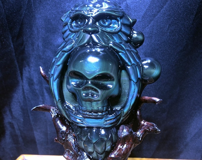 Calavera, Mexican skull. Nice. satuette in obsidian celeste eye. Completely hand-carved, a unique piece. Cedar support
