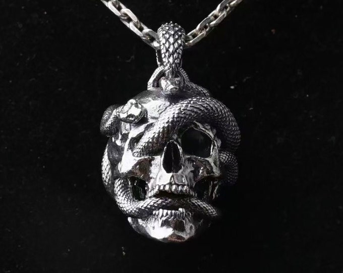 Skull pendant. Death tete, snake. Silver 925. Dimension 23.5mm / 33.3mm / 27.2mm. Weight of 31 grams. Snake skull.