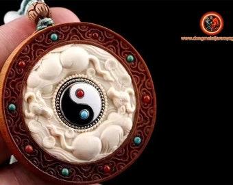 """amulette taoïste, Yin yang. Santal de haute qualité dite de """"laoshan"""" rare et précieux. Ivoire de mammouth de Sibérie. 5cm de diamètre"""