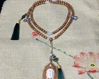 Mala, chapelet de prière et méditation bouddhiste. 108 perles de santal rare dit de Laoshan. Jade. Pendentif Cherenzi, mantra au verso