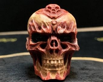 Netsuke, crâne sculpté dans du bois de cerf. Crâne percé en haut possibilité de le porter en pendentif. Pièce rare de collection.
