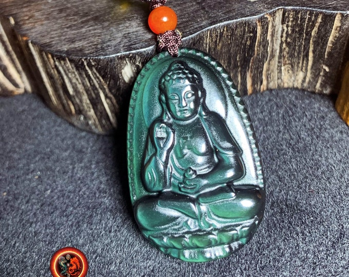 Pendentif, bouddha, Amitabha. Amulette bouddhiste en obsidienne oeil celeste. obsidienne oeil celeste naturelle du mexique. Cordon, jade.