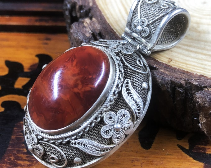 Silver pendant 925 watermark. Agate called Nan Hong (southern red) of Yunnan. Traditional Beijing jewelry. One-of-a-kind