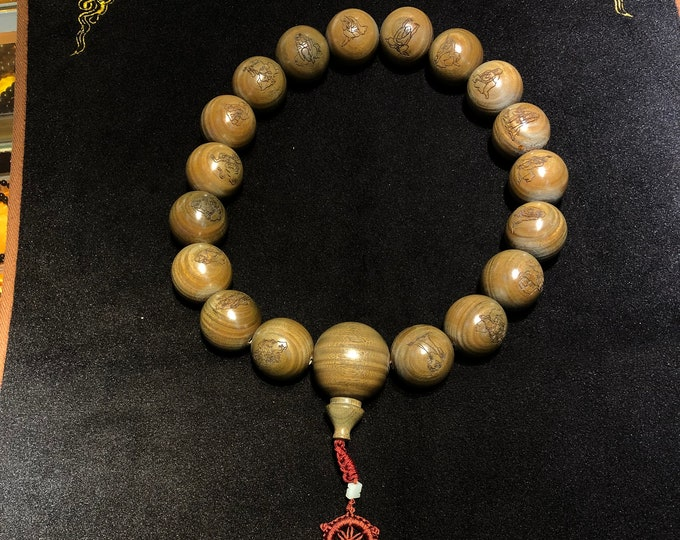 Imposing mala, Buddhist rosary. 18 green sandalwood beads with 4cm in more bead circumference.