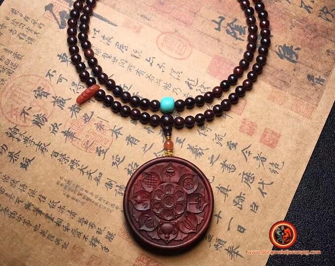 mala tibétain, chapelet de prière et méditation bouddhiste 108 perles de santal rouge, pendentif 8 signes auspicieux du bouddhisme Turquoise