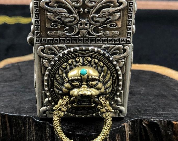 """Briquet à essence. Lion """"tangshi', roue de la vie bouddhiste, tournante. Argent 925, cuivre, turquoise d'Arizona, agate dire nan hong."""