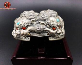 "bracelet jonc lions gardiens  « Tang Shi » argent 950, turquoise d'Arizona agate dite ""nan hong"" (rouge du sud) du Yunnan"