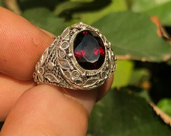 traditional ring, Pekinoise jewelry. Grenat pyrope . Silver 925