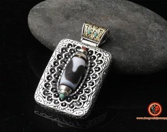 """Amulette bouddhiste tibétaine. DZI ou Agate sacrée de protection tibétaine """"dents de tigre"""". Motif Taotie Argent 925. Turquoise"""