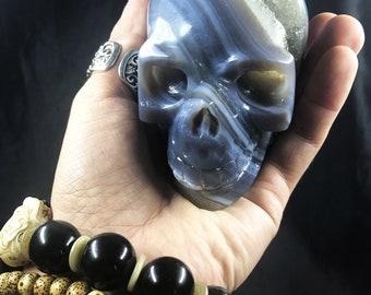 Crâne de cristal. crane sculpté à la main. Geode de quartz sur gangue d'agate et de cristal de roche . Piece unique 9/8/5,5cm 0,685kg
