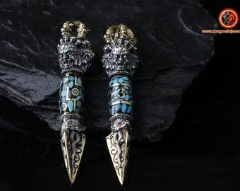 pendentif bouddhisme tibetain. Phurba. Amulette. dague pour vaincre les demons. Argent 925, cuivre. DZI tournant, mantra ou 9 yeux.Turquoise
