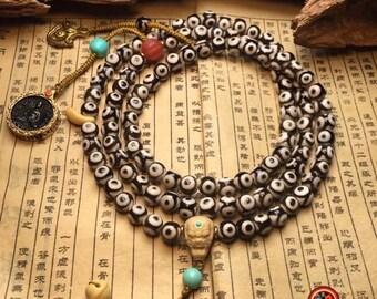"""Mala, chapelet bouddhiste, 108 perles d'agates sacrées tibétaines """"DZI"""" dragon, turquoise, amulette Bouddha, dorje, grelots chasse fantôme."""