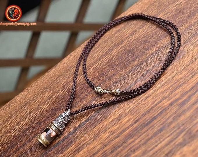 Pendentif tibetain. DZI dents de tigre, agate sacrée tibétaine, sertie en argent 925. Fermoir en cuivre. Monté sur cordon par nos soins.