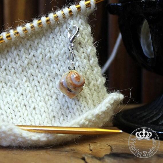 Brioche Cannelle pâte polymère pâte charme | Tricot accessoire | Crochet accessoire | Miniature de nourriture | Bijoux alimentaire | Gardien d'étape | Cadeau pour maman