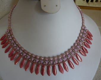 NECKLACE woven with pink daggers