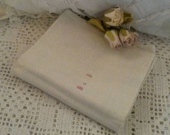 Torchon ancien en lin beige avec petits monogrammes brodés