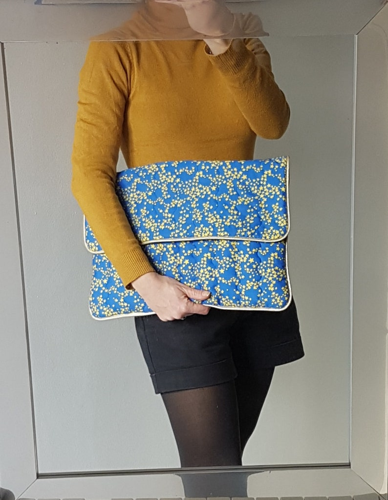 computer sleeve with flap Computer case in royal blue fleeced and quilted cotton with yellow stars.